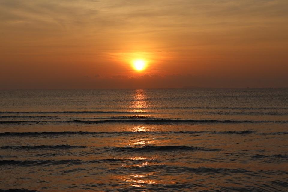 Wie wäre es mit mit einer Entspannungsübung? Sonnenaufgang am Meer