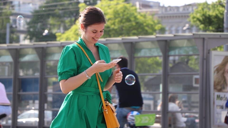 11 positive Gedanken - Zitate von Persönlichkeiten- Frau am Handy