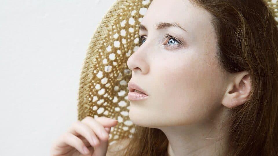 Frau in Gedanken versunken - Die macht Deiner Gedanken